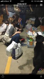 避難所でのペット連れの被災者に一人一人声をかけました。